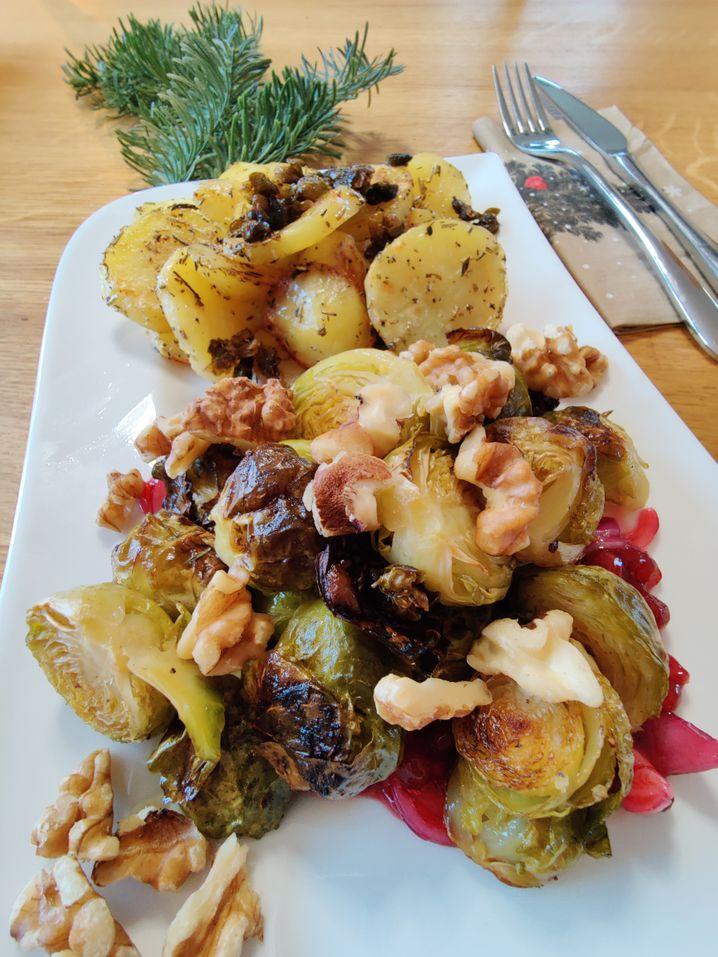 Knuspriger Rosenkohl, würzige Kartoffeln, fruchtig-saure Kontraste und krosse Kapern: 1-a-Angebermaterial für Instagram!