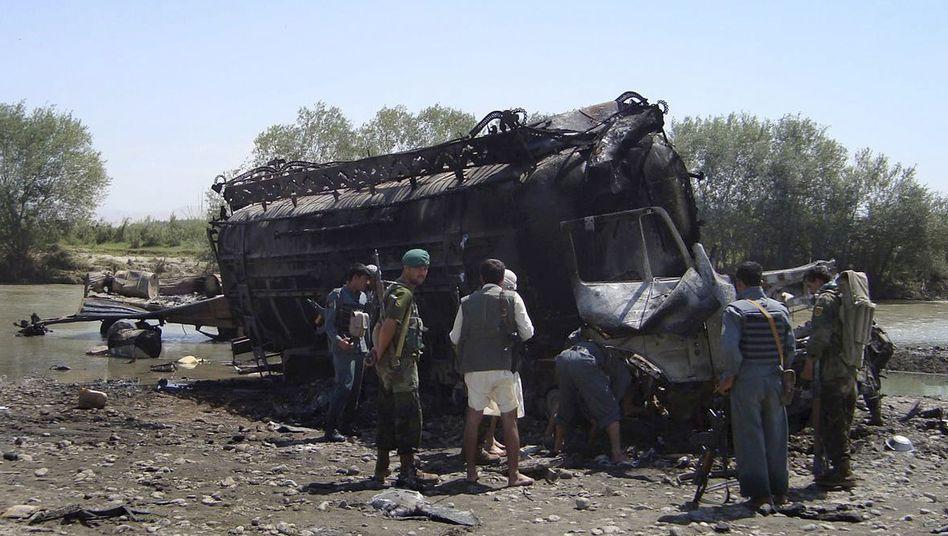 Ausgebrannte Wracks am Kunduz-Fluss (Archivbild): Anwälte wollen weitere Ermittlungen
