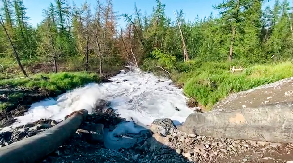 Ein Rohr leitet Flüssigabfälle des Nickelproduzenten Nornickel in einen Fluss in der russischen Tundra