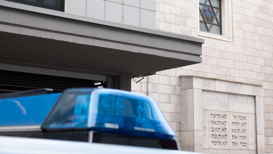 Ein Polizeiauto steht vor einer Synagoge in Stuttgart: Was ist das für ein Zustand?