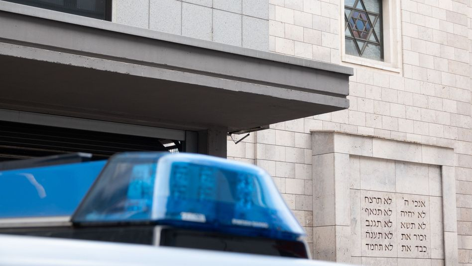A police car stationed in front of a synagogue in Stuttgart: What kind of state of affairs is this?