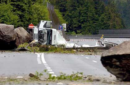 Umgekippter Sattelschlepper: Steine groß wie Lastwagen
