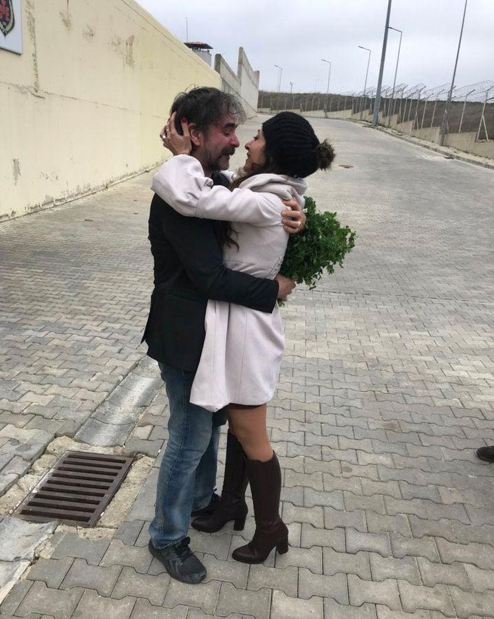 Deniz Yücel nach Haftentlassung mit seiner Ehefrau Dilek Mayatuerk