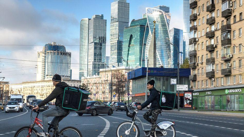 Lieferboten von Online-Diensten in Moskau