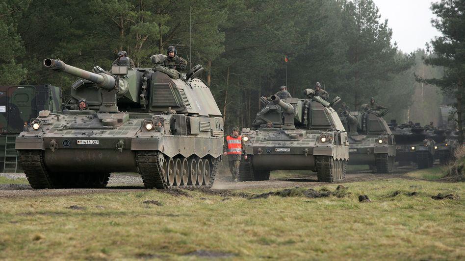 Auf Ungarns Einkaufsliste: Panzerhaubitzen und Leopard-Panzer (im Hintergrund)