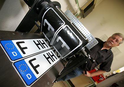 Neues Kennzeichen: Das Foto zeigt das Prägen eines aktuellen Autokennzeichens