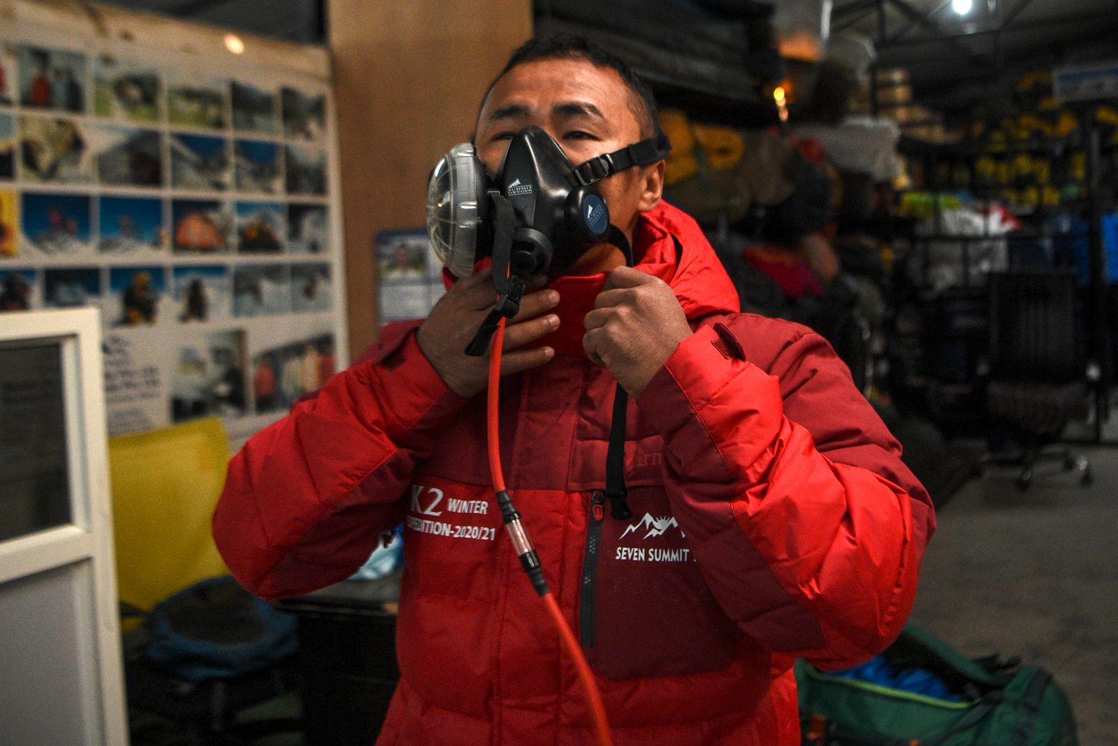 NEPAL-PAKISTAN-MOUNTAINEERING-CLIMBING-K2