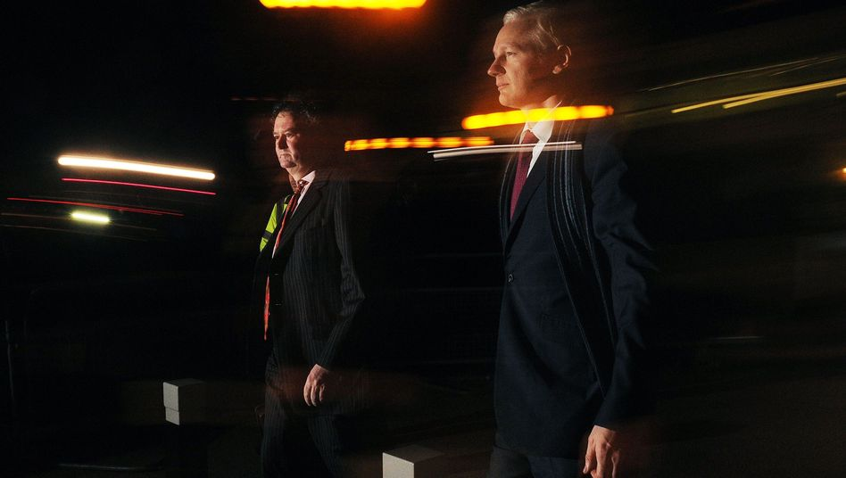 WikiLeaks-Gründer Assange (r.): Kampagne gegen Überwachungsbranche