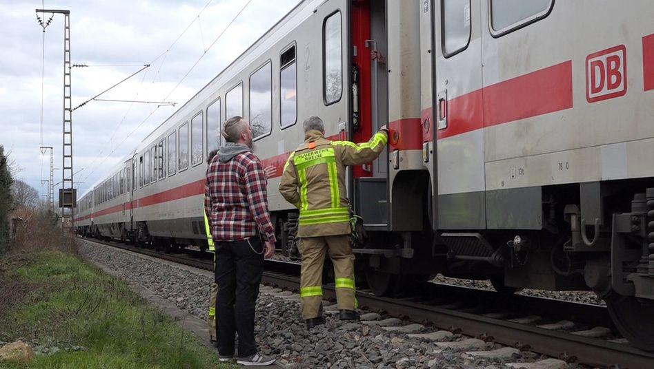 Evakuierter Intercity zwischen Rheine und Salzbergen im Münsterland: gesperrt und umgeleitet