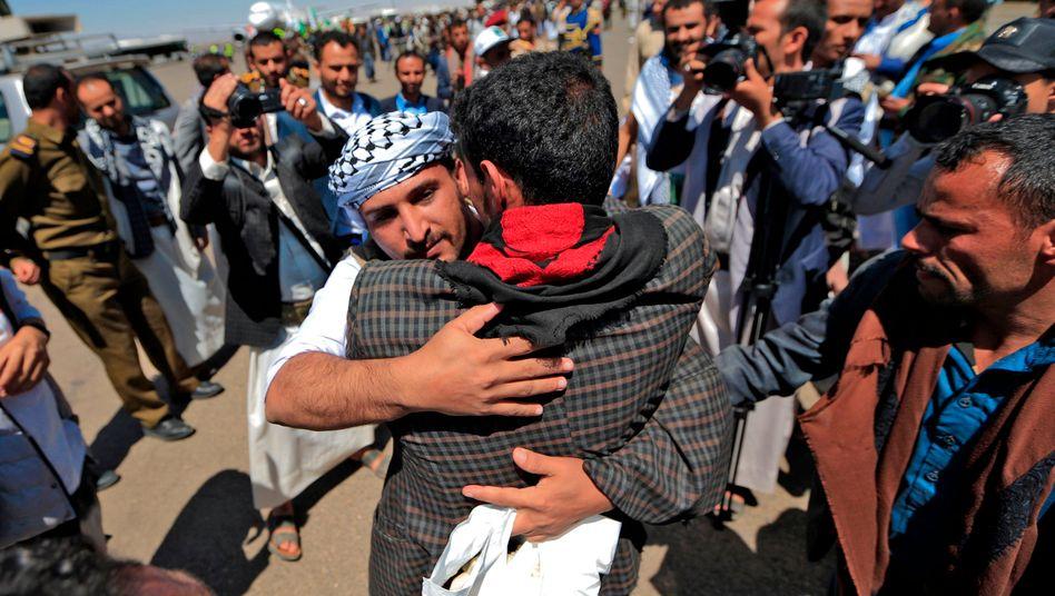 Ein freigelassener Huthi-Rebell fällt in der besetzten jemenitischen Hauptstadt Sanaa einem Bekannten in die Arme