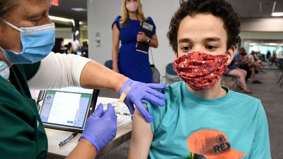 Ein Junge wird in Florida mit der Biontech-Vakzine geimpft (Archivbild)