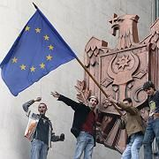 Demonstranten schwenken die Europaflagge vom Parlamentsgebäude in Chisinau (7. April 2009): Zerriebenes Land