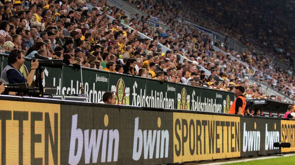 Werbung des Wettanbieters Bwin im Stadion (Archivbild)