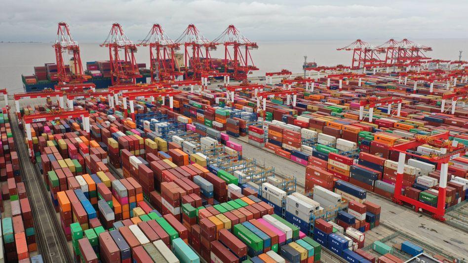 Frachtcontainer im Hafen von Shanghai