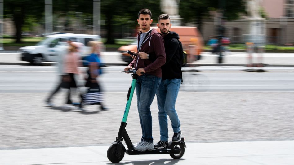 E-Scooter-Fahrer in Berlin - in illegalem Tandem-Betrieb