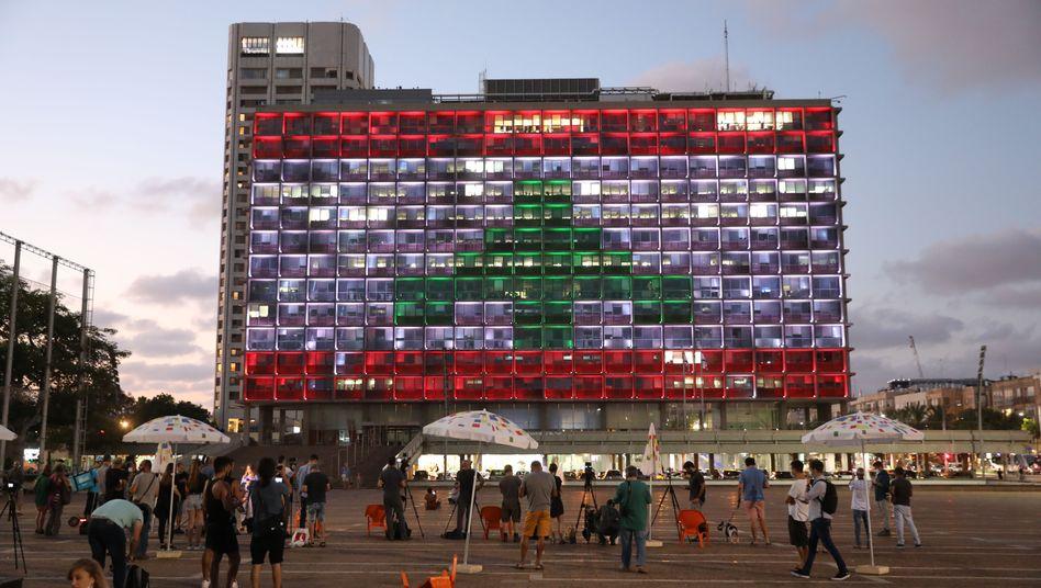 Das Rathaus von Tel Aviv leuchtet in den Farben der libanesischen Flagge - bestaunt von Dutzenden Israelis