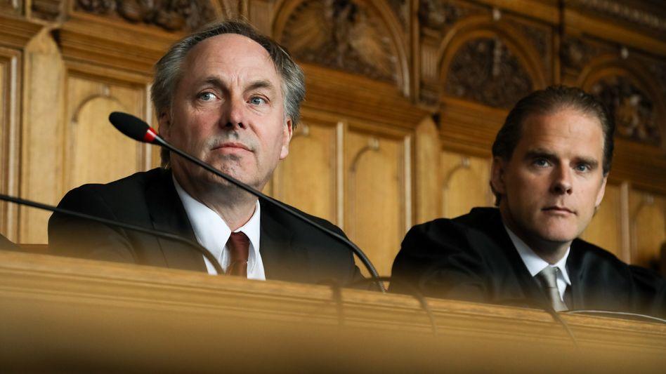 Niels Stolberg mit seinem Anwalt Bernd Groß