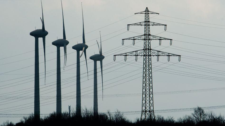 Windräder und Strommast bei Hannover: Vernichtendes Urteil zum EEG