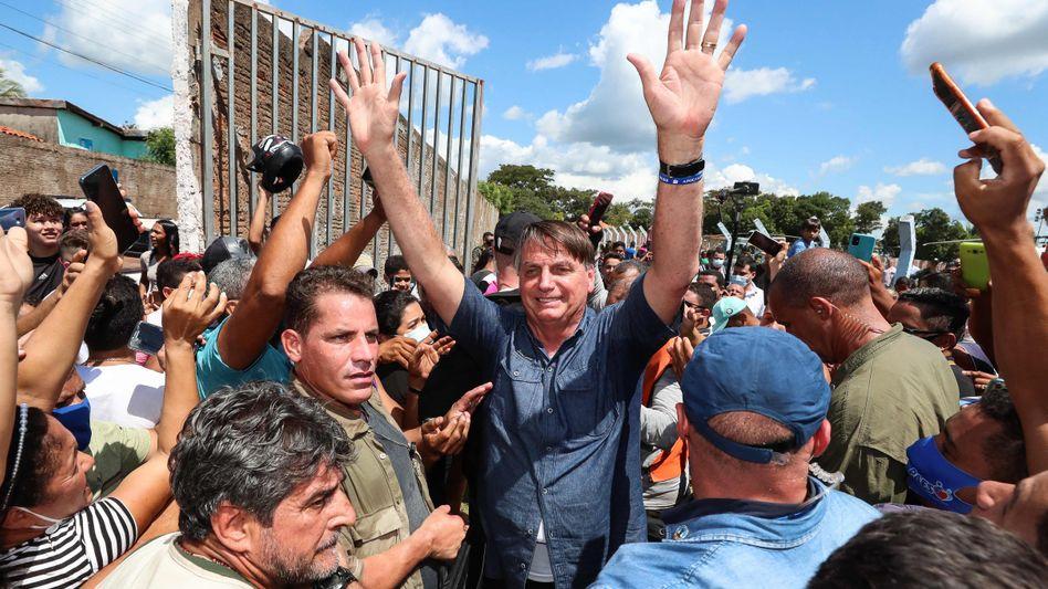Ein typisches Bolsonaro-Bild: Der Präsident Brasiliens inmitten von Unterstützern, ohne Maske