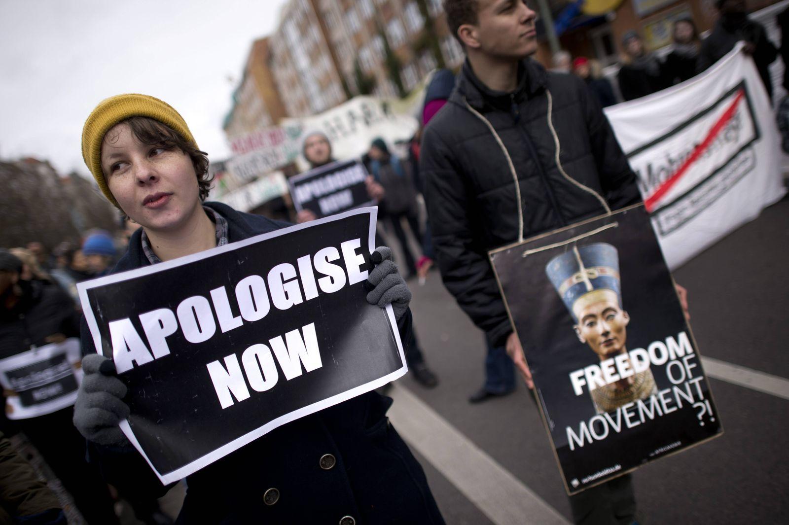 Gedenkmarsch Kolonialgeschichte DEU Deutschland Germany Berlin 25 02 2017 Demonstrant mit Plakat