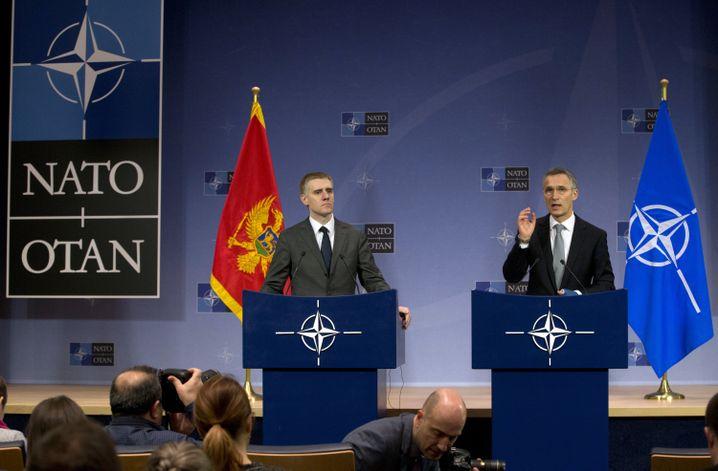 Nato-Generalsekretär Stoltenberg (r.), Montenegros Außenminister Luksic: Symbolischer Schritt der Nato