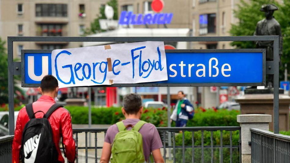 "Umbenennung per Plakat: Erinnerung an George Floyd an der U-Bahnstation ""Mohrenstraße"" in Berlin"