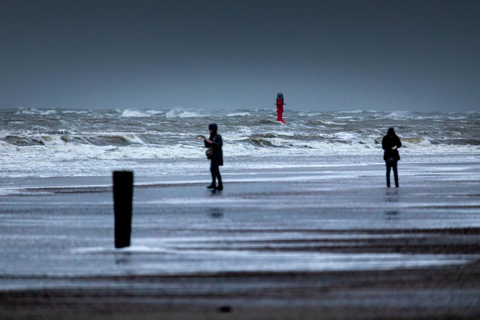 Norderney. 28 JAN 2020. Sturmtief Lolita über der Nordseeküste. Vereinzelte Strandbesucher lassen sich vom kalten Wind d