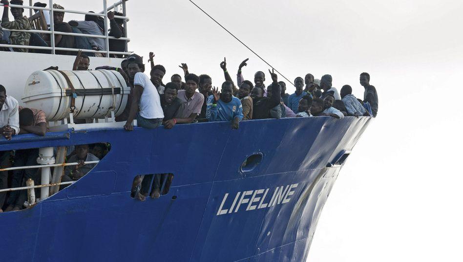 """Flüchtlinge auf dem Schiff """"Lifeline"""""""