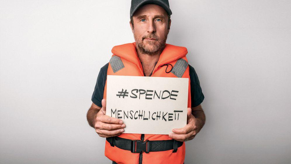 Kampagne für Seenotrettung: Prominente in Rettungswesten