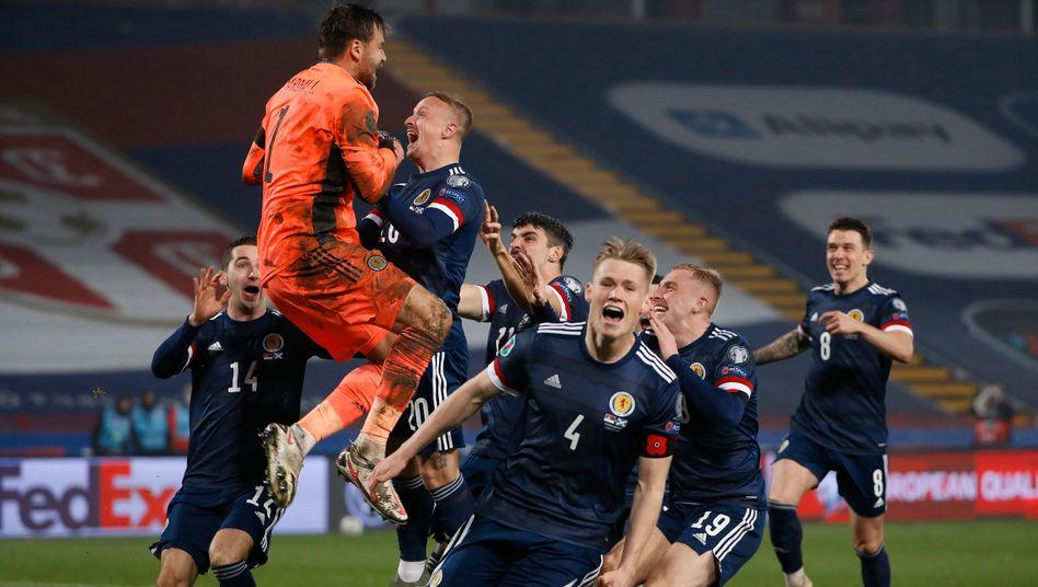 Ekstase beim schottischen Fußballnationalteam: David Marshall (orangefarbenes Trikot) hatte dem Team den Einzug in die EM-Gruppenphase beschert