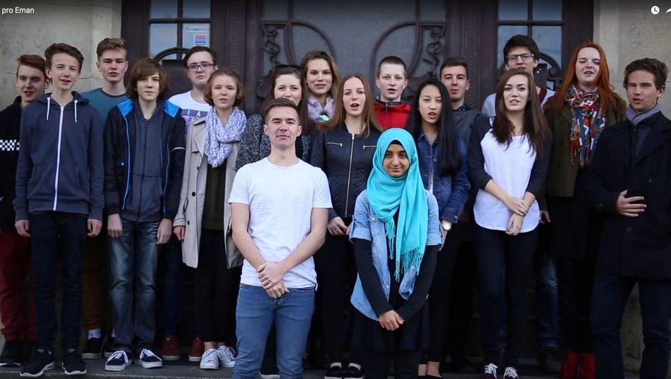 Eman Ghaleb mit Mitschülern