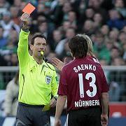 Rote Karte in Bundesligaspiel (Archivfoto): In Gemeinschaften mit anerkannten Regeln werden Bestrafungen eher akzeptiert