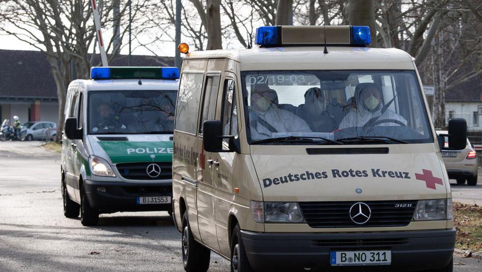 Krankenwagen in Berlin: Rückkehrer aus dem chinesischen Wuhan werden zur Quarantäne in ein Berliner Krankenhaus gebracht