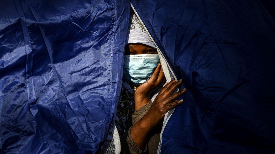 Leben im Zelt: Eine somalische Migrantin schaut in Paris aus ihrer improvisierten Unterkunft