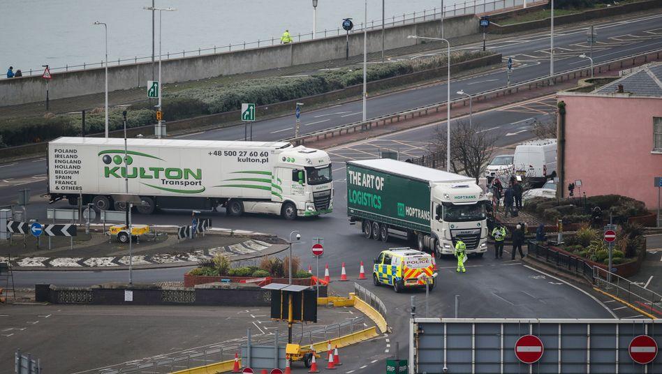Lastwagen im Hafen von Dover am Neujahrsmorgen