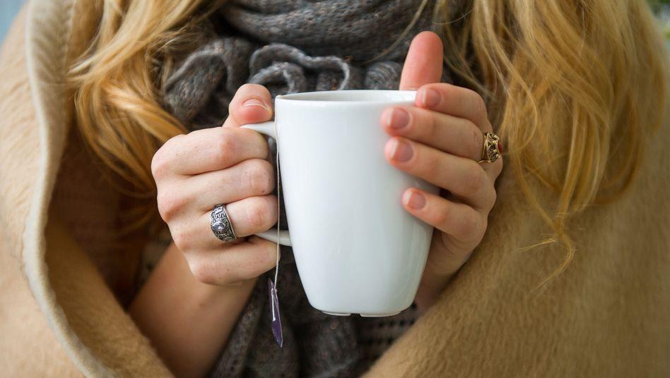 Teetrinken bei Erkältung: Bis zu sechs Wochen zahlt ein Arbeitgeber im Krankheitsfall den Lohn weiter