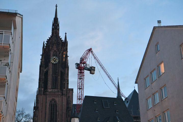 In Frankfurt am Main wurde der Ausleger eines Baukrans auf das Dach des Doms gedrückt