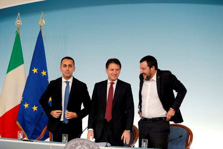 Luigi Di Maio mit Premierminister Conte (m.) und Innenminister Salvini (r.)