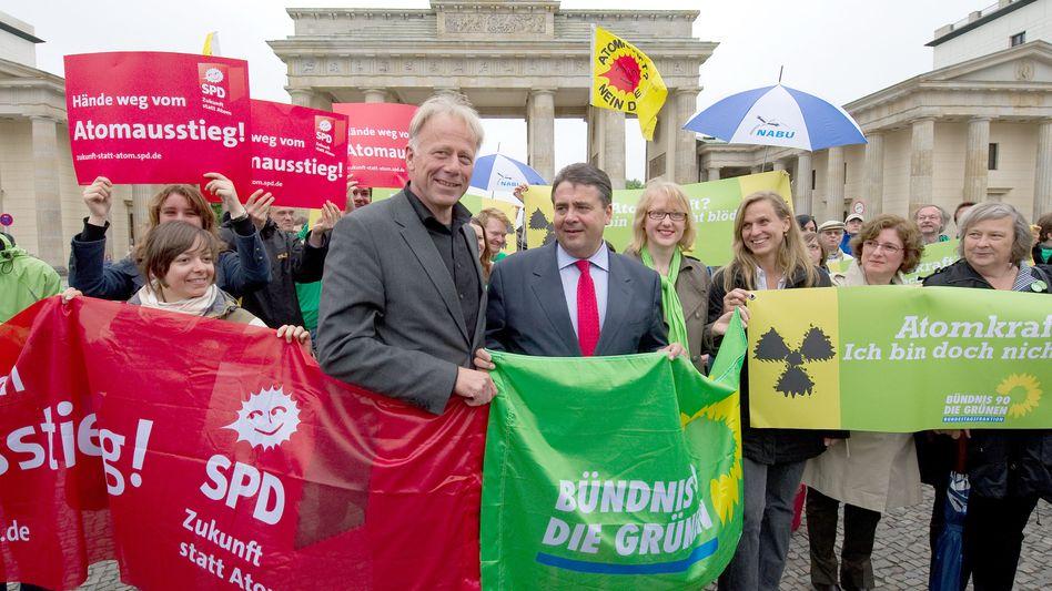 Politiker Trittin, Gabriel (im Mai am Brandenburger Tor): Absolute Mehrheit für Rot-Grün