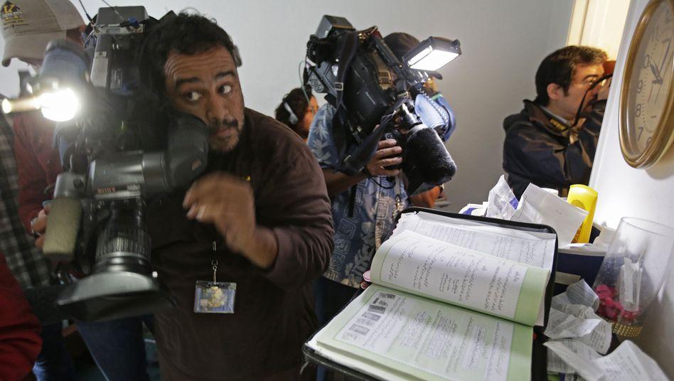 Bude voll: TV-Kamerateams stürmen die Wohnung des Mörderpaars