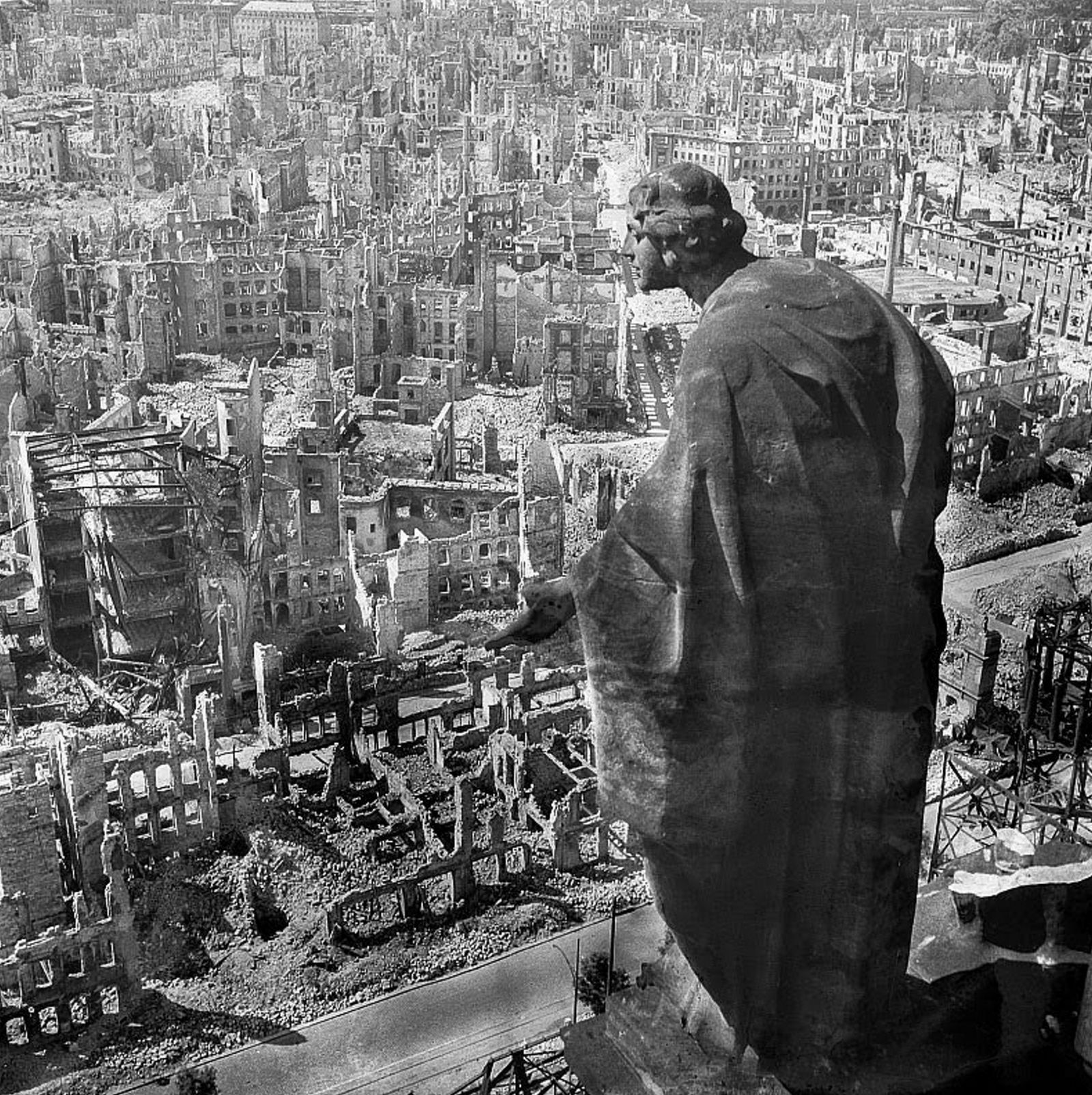 Bombardierung Dresden - The ruins of the German city of Dresden after allied air raids.