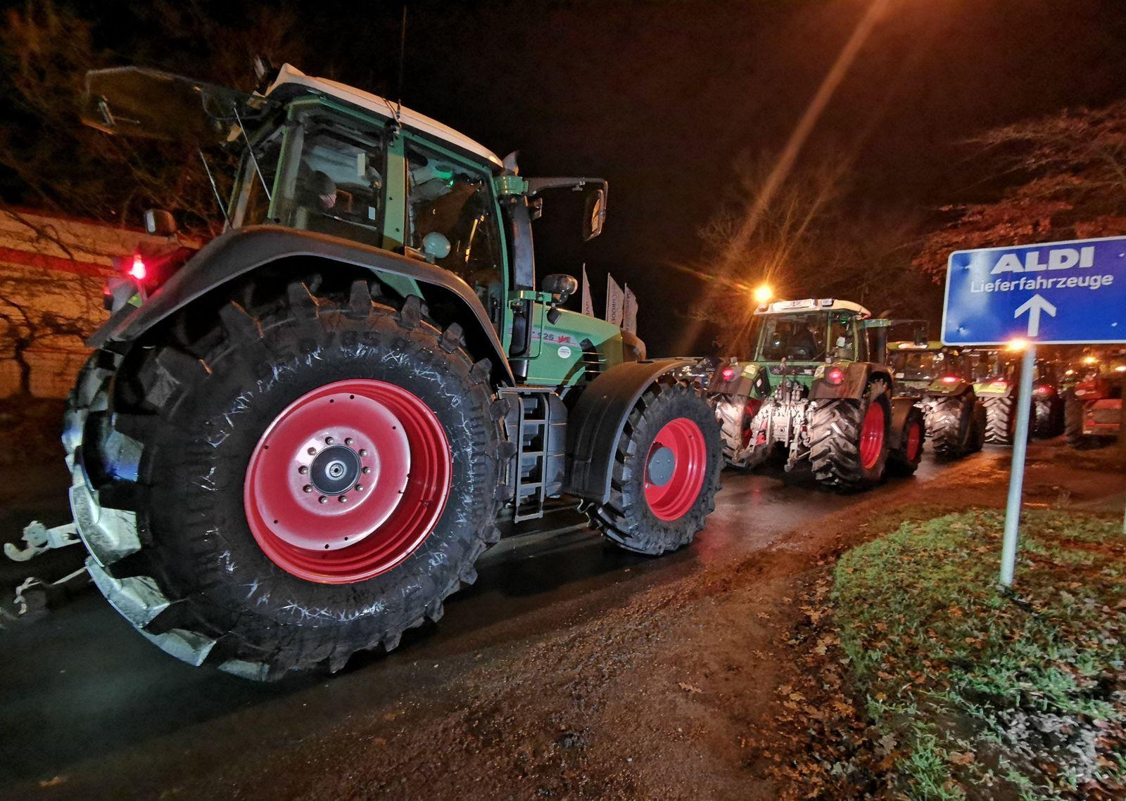 Hunderte Traktoren blockieren Discounter-Lager in vielen Regionen