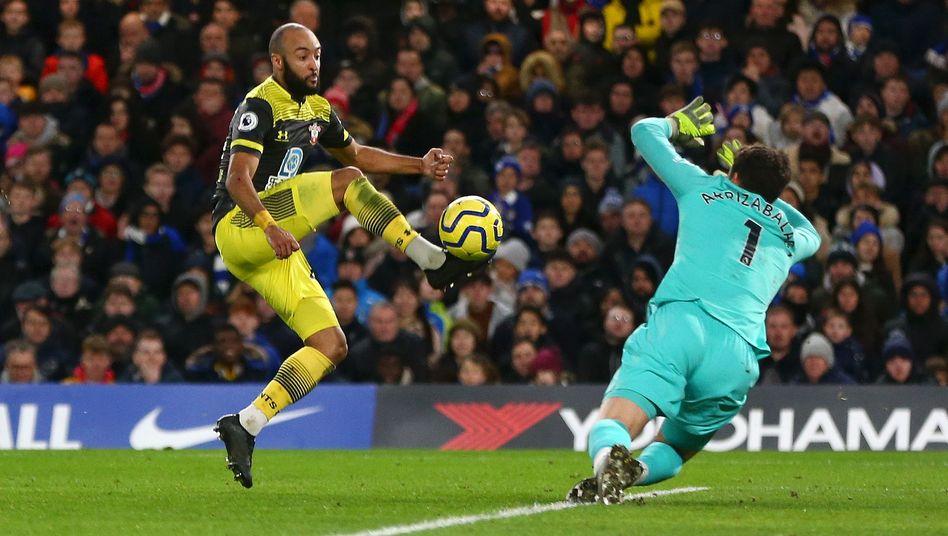 Nathan Redmond (l.) spitzelte den Ball beim 2:0 am Chelsea-Keeper Arrizabalaga vorbei