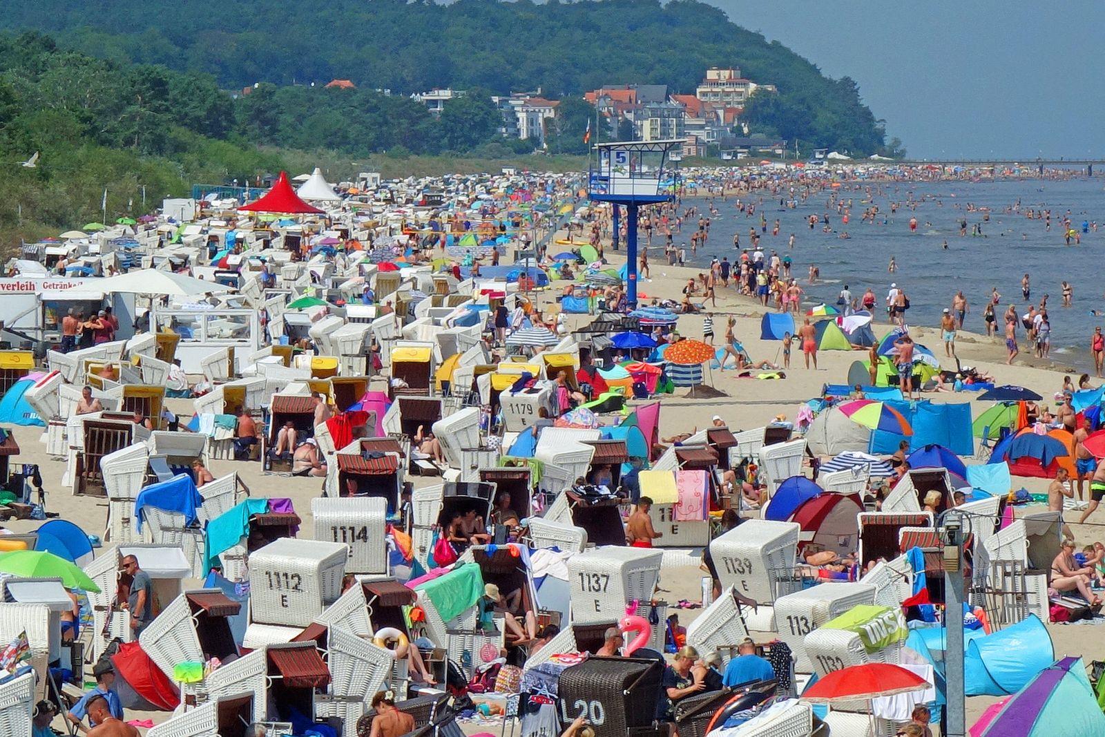 News Themen der Woche KW29 News Bilder des Tages Sommerferien in Deutschland. Voller Strand in Heringsdorf auf Usedom, t