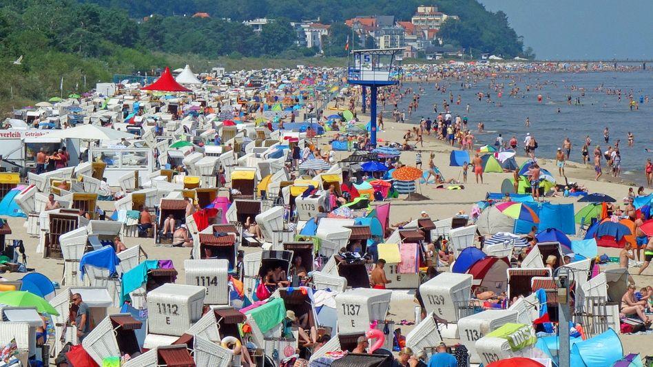 Voller Strand auf Usedom: In Deutschland scheint Corona fast vergessen - doch die Zahlen steigen wieder