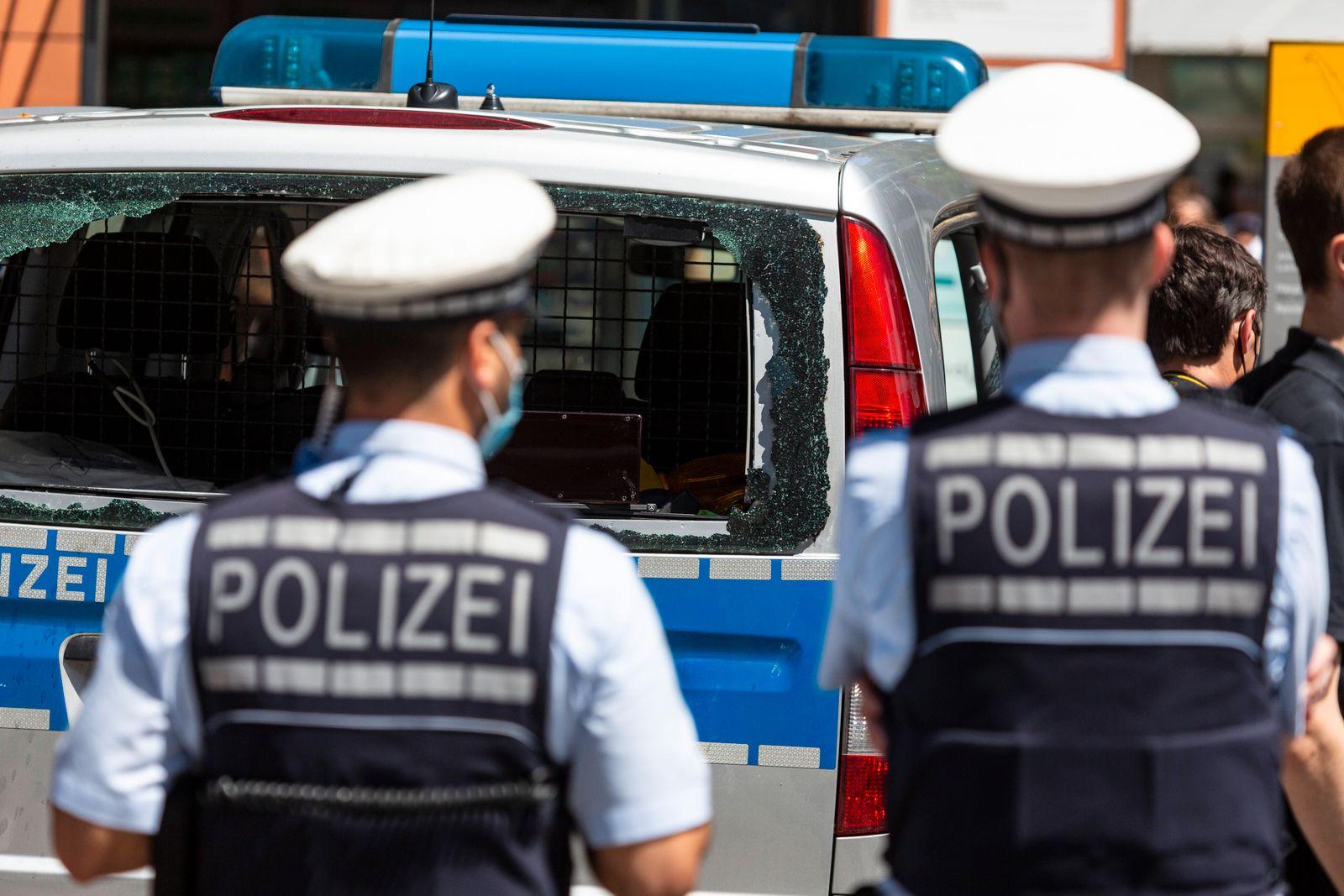 Bundesinnenminister Horst Seehofer (CSU) macht sich nach den Ausschreitungen in Stuttgart vor Ort ein Bild von der Lage