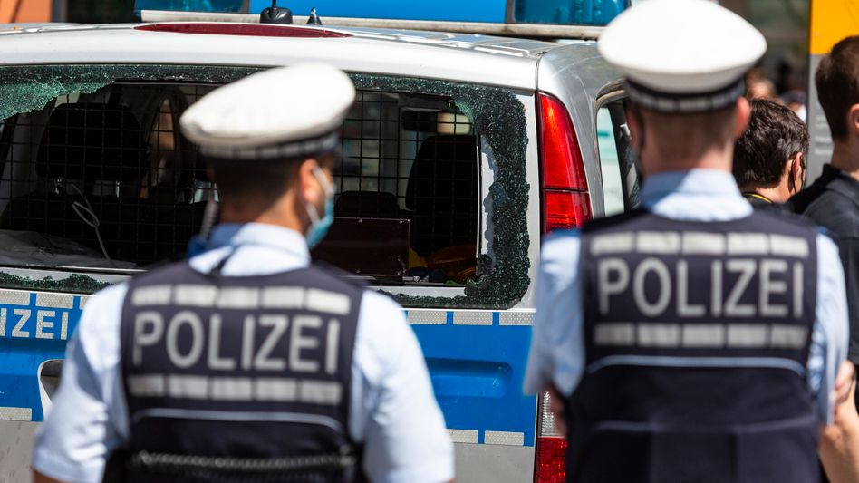 Polizisten in Stuttgart: Am Montag wurden Haftbefehle gegen sieben mutmaßliche Randalierer beantragt