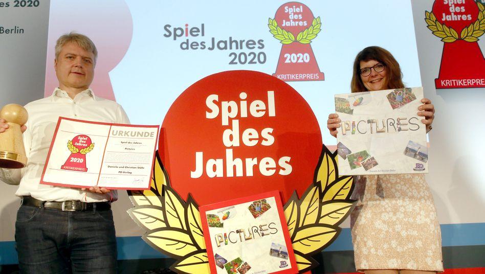 """Peter Dörsam und Claudia Barmbold vom PD-Verlag, der """"Pictures"""" veröffentlicht hat: Den wichtigsten Brettspielpreis gewonnen"""