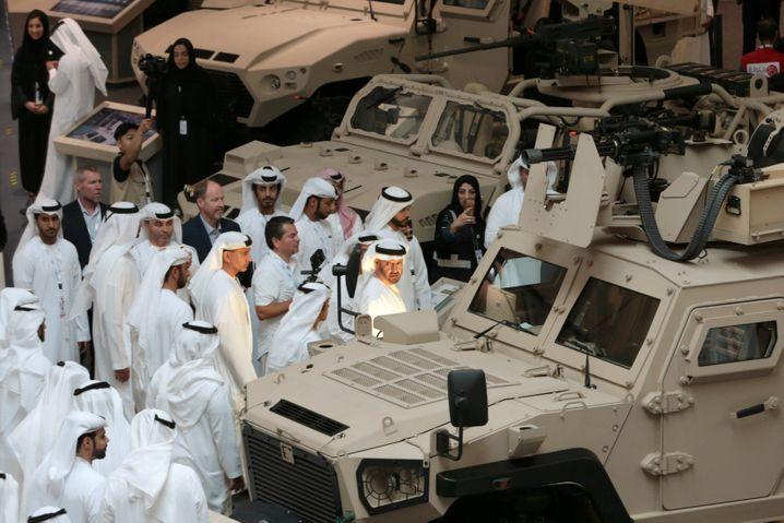 Mann des Militärs: MbZ auf einer Waffenmesse