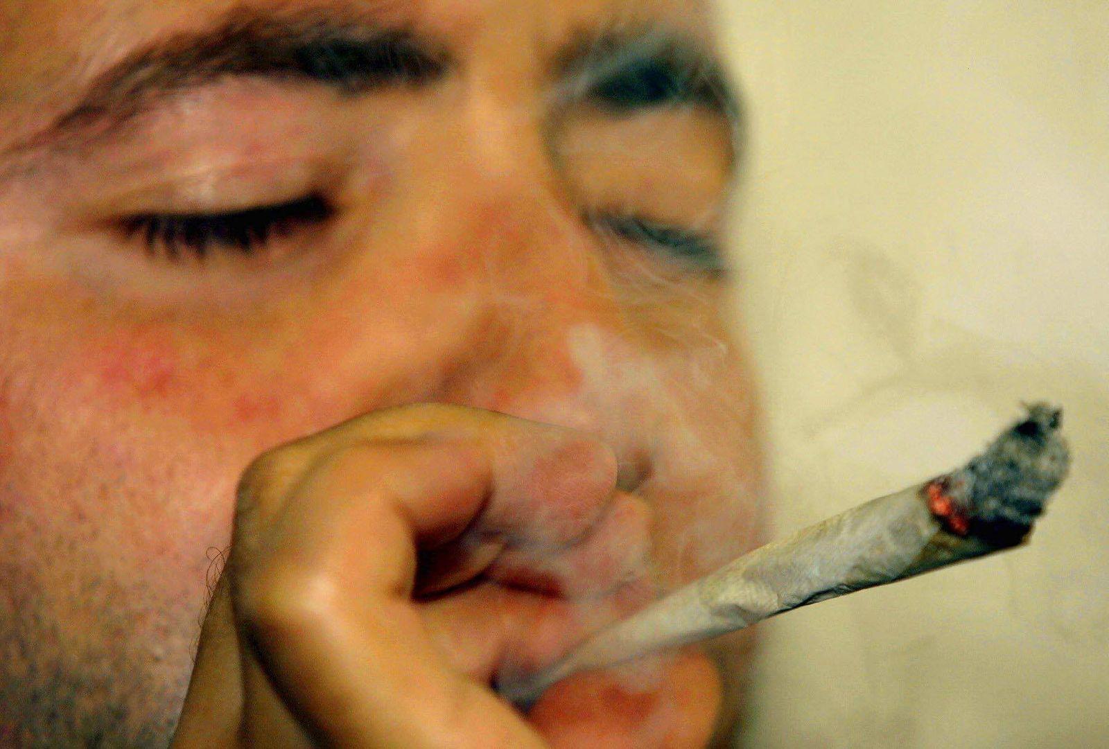 NICHT VERWENDEN Mann raucht Joint